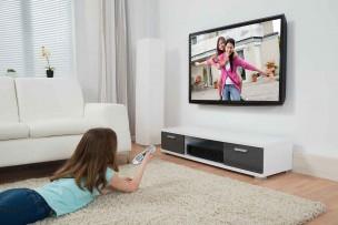 ネットがNURO光・auひかりでも地デジでテレビを楽しむ子供