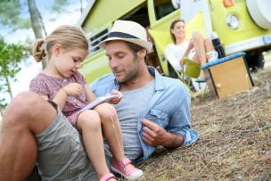 キャンプ場でパパと遊ぶ女の子