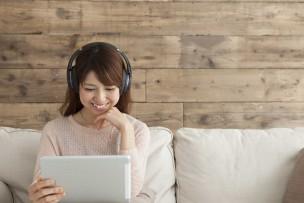 Wi-Fiとタブレットで動画を楽しむ女性