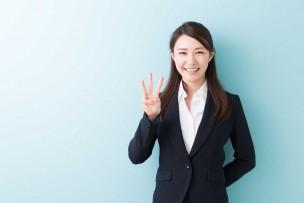 おすすめの固定IPプロバイダーを紹介する女性