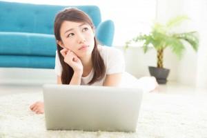 ネット回線の条件に悩む女性
