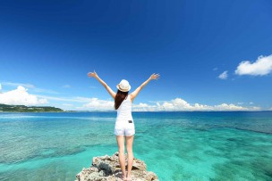 沖縄の綺麗な海と女性