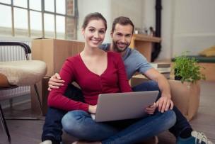 引っ越しした新居でインターネットを使うカップル