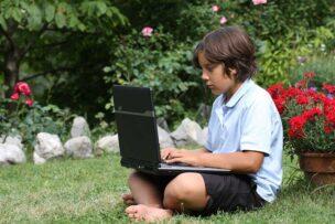 WiMAXでインターネットを楽しむ子供