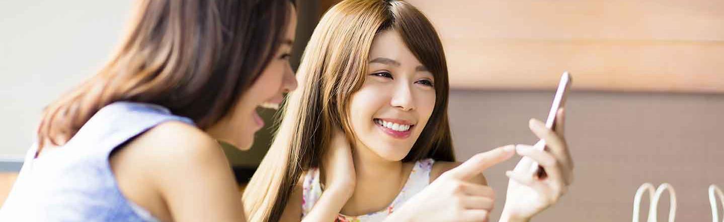 格安SIMのスマホを見る女性