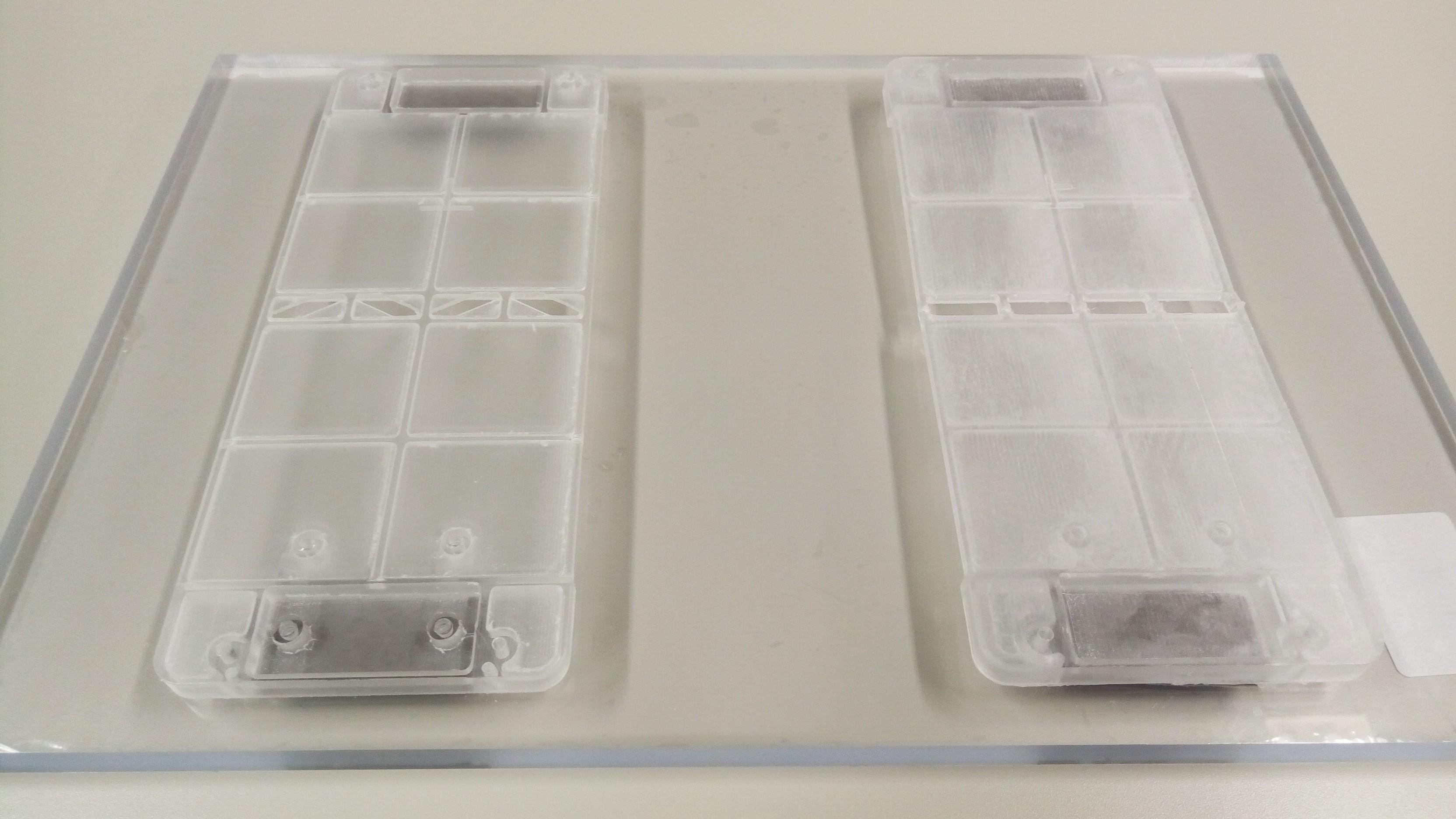 NURO光 工事:両面テープで光キャビネット台座をつける
