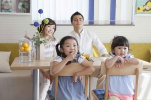 光インターネットのテレビサービスを安く導入して、みんなで楽しそうに休日を過ごす家族