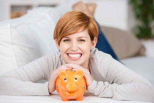一人暮らしで通信費が劇的に節約できて喜んでいる女性