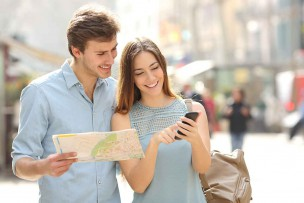 海外のWifi接続でツアーガイドを調べるカップル