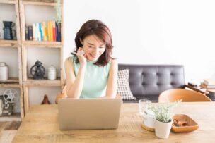 工事がいらないホームルーターで快適にネットを使っている女性