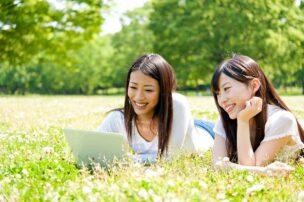 自然の中でネットを楽しむ女性たち